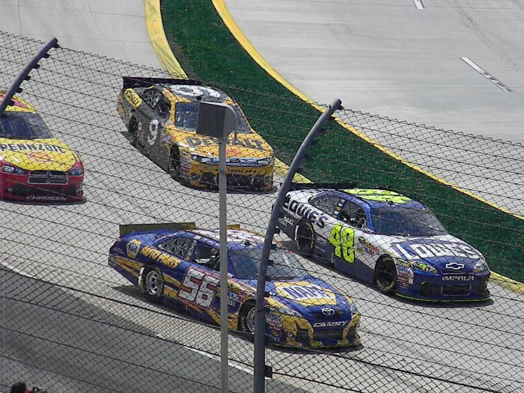 Jimmie+Johnson+and+Martin+Truex+Jr.+Racing+at+Martinsville.%0D%0APhoto+courtesy+of+chayes2014_