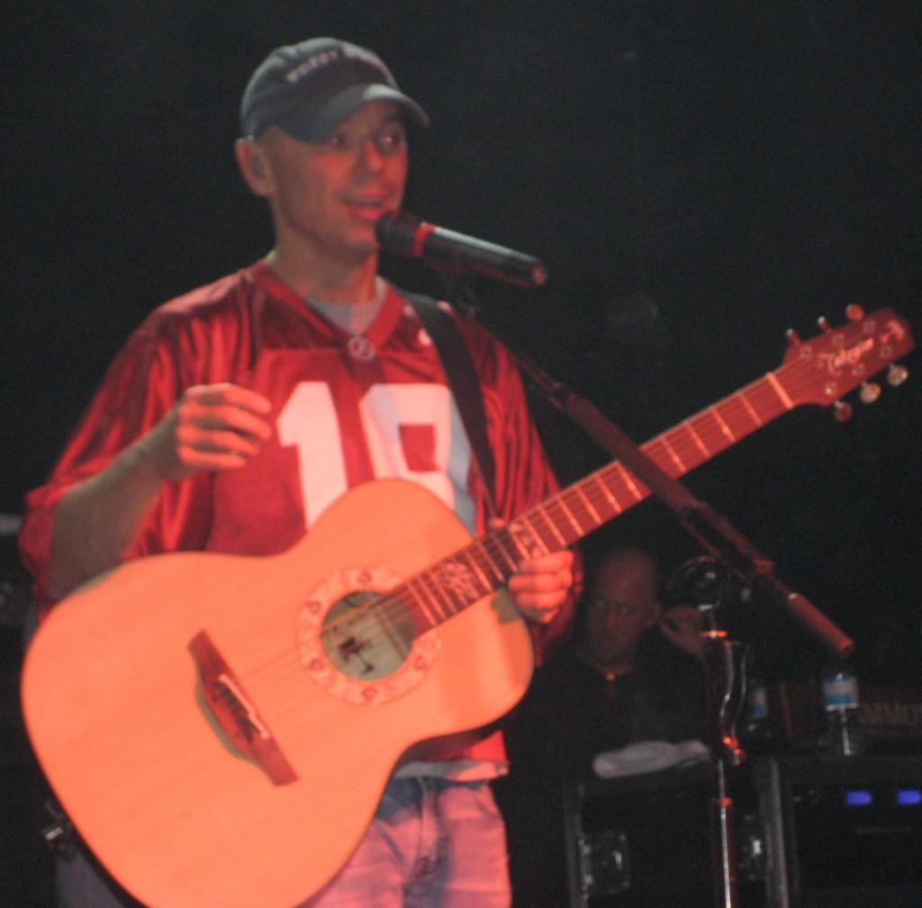 Kenny Chesney sings on stage. Courtesy of https://commons.wikimedia.org/wiki/File:Kenny_Chesney_Tuscaloosa.JPG